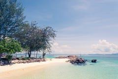 Blauer Himmel mit Meer und Strand Lizenzfreie Stockfotos