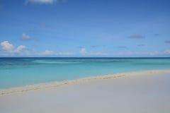 Blauer Himmel mit Meer und Strand Stockfoto