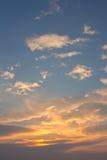 Blauer Himmel mit orange Wolken Lizenzfreie Stockbilder
