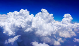 Blauer Himmel mit schwerer Wolke Stockfotos