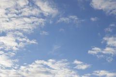 Blauer Himmel mit sonnigem warmem Tag der weißen Wolken des weichen Lichtes Stockbilder