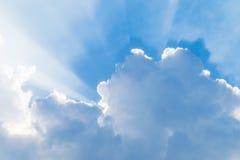 Blauer Himmel mit Strahlen stockbild