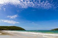 Blauer Himmel mit Strandmeer und mountian Lizenzfreie Stockfotografie