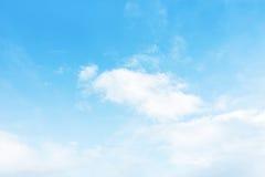 Blauer Himmel mit weißem Hintergrund Stockfotografie