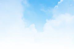 Blauer Himmel mit weißem Hintergrund Stockbilder