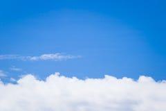 Blauer Himmel mit weißem Wolkenhintergrund lizenzfreie stockbilder