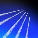 Blauer Himmel mit weißen Spuren Stockfotos