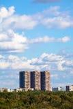 Blauer Himmel mit weißen Wolken über Wohngebäude Stockfoto