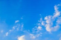 Blauer Himmel mit weißen Wolken Lizenzfreie Stockfotos