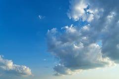 Blauer Himmel mit weißen Wolken Stockbilder