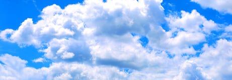 Blauer Himmel mit weißen Wolken lizenzfreie stockfotografie