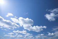 Blauer Himmel mit weißen Wolken stockfotos