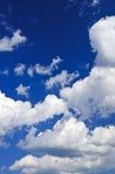 Blauer Himmel mit weißen Wolken lizenzfreies stockfoto