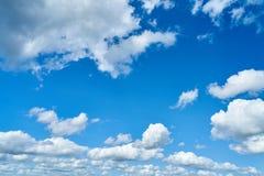 Blauer Himmel mit weißen Wolken als Hintergrund stockbild