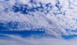 Blauer Himmel mit weißen Wolken Hintergrund, Natur stockfotografie