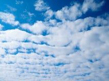 Blauer Himmel mit weißen Wolken am Nachmittag Stockfotografie