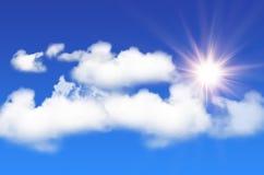 Blauer Himmel mit weißen Wolken und glänzender Sonne Stockfotografie