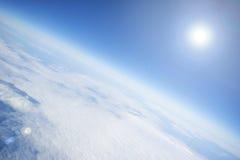Blauer Himmel mit weißen Wolken und Sonne Lizenzfreies Stockfoto