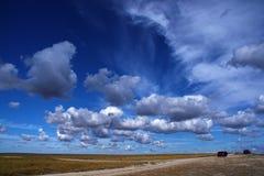 Blauer Himmel mit weißen Wolken und Straße Stockbilder