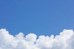 Blauer Himmel mit weißer Wolke. Stockfoto