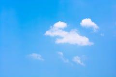 Blauer Himmel mit weißer Wolke Stockfotografie