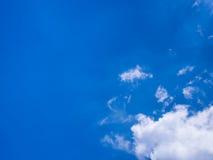Blauer Himmel mit weißer Wolke Lizenzfreie Stockfotografie