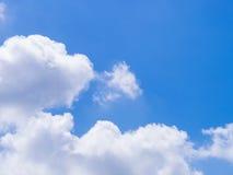 Blauer Himmel mit weißer Wolke Lizenzfreie Stockbilder
