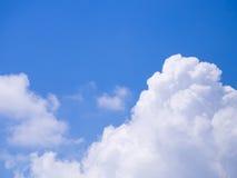 Blauer Himmel mit weißer Wolke Stockfotos