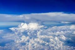 Blauer Himmel mit weißer Wolkenansicht vom Flugzeug Lizenzfreies Stockbild