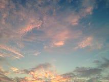 Blauer Himmel mit weichen rosa Wolken Stockfotografie