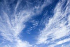 Blauer Himmel mit wispy Wolken. stockfotos