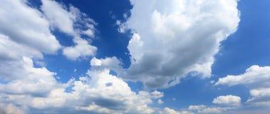 Blauer Himmel mit Wolke Lizenzfreie Stockfotos