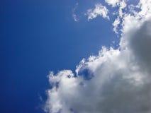 Blauer Himmel mit Wolke Lizenzfreie Stockbilder