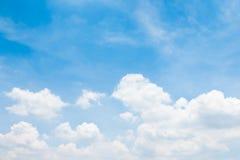 Blauer Himmel mit Wolke lizenzfreies stockfoto