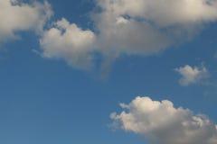 Blauer Himmel mit Wolke Stockfotos