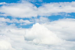 Blauer Himmel mit Wolke stockfotografie