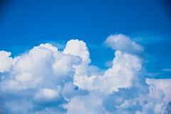 Blauer Himmel mit Wolke für Hintergrund Stockfotos
