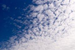 Blauer Himmel mit Wolken, Ñ- irrus Kumulus, Hintergrund, Natur Lizenzfreies Stockfoto