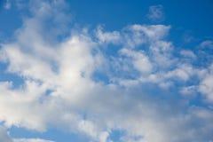 Blauer Himmel mit Wolken Stockfotografie