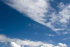 Blauer Himmel mit Wolken Lizenzfreie Stockbilder