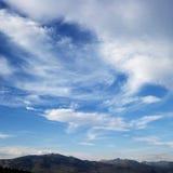 Blauer Himmel mit Wolken. Lizenzfreies Stockfoto
