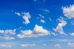 Blauer Himmel mit Wolken Lizenzfreies Stockbild