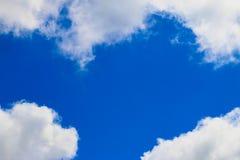 Blauer Himmel mit Wolken Stockbild
