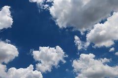 Blauer Himmel mit Wolken Stockfoto