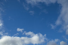 Blauer Himmel mit Wolken Lizenzfreies Stockfoto
