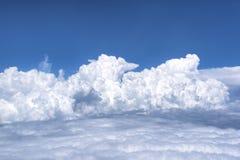 Blauer Himmel mit Wolken Ansicht von vom Flugzeug Stockfotos