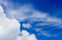 Blauer Himmel mit Wolken auf ihm Stockfotografie