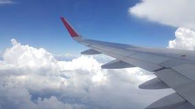 Blauer Himmel mit Wolken Flugzeug im Himmel Lizenzfreie Stockbilder