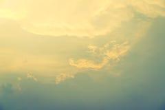 Blauer Himmel mit Wolken (Gefilterter Bild verarbeiteter Weinleseeffekt Stockfotos