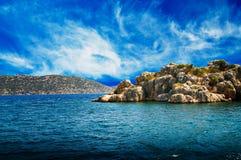 Blauer Himmel mit Wolken, Halbinsel und wundervollem Meer. stockfoto